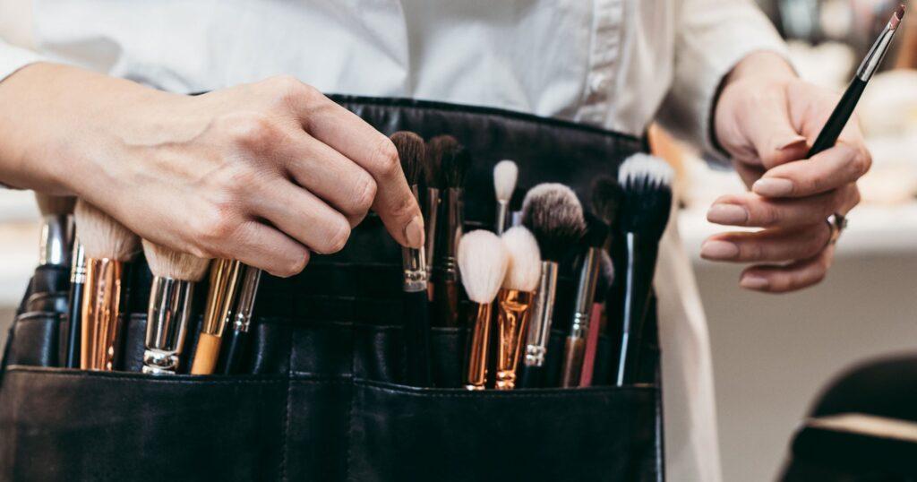 makeup artist(Top career option in 2021)